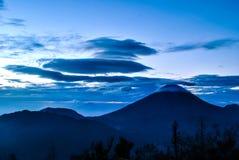 Sindorovulkaan in centraal Java tijdens zonsopgang op Sikunir-heuvel Royalty-vrije Stock Foto's