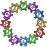 Sinergia - círculo de la gente que da vuelta en engranajes Imagen de archivo