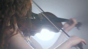 Sinfonía, ejecutante del músico que juega en el violín y vueltas en filarmónico metrajes
