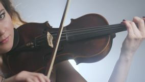 Sinfonia, strumento musicale nelle armi del violinista alla scuola di musica stock footage