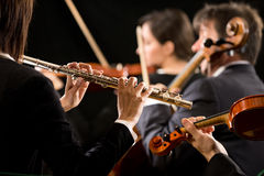 Sinfonieorchesterleistung: Flötistnahaufnahme Stockbild