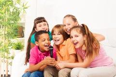 当它是小组孩子时, Sing是乐趣 图库摄影