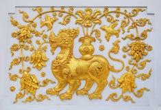 Singa i traditionellt thailändskt utformar gjuta konst. Royaltyfri Bild