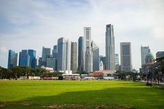 Singapore - 1° maggio 2016: Paesaggio urbano di Singapore con la terra di calcio e le alte costruzioni commerciali Immagine Stock Libera da Diritti