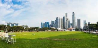 Singapore - 1° maggio 2016: Paesaggio urbano di Singapore con la terra di calcio e le alte costruzioni commerciali Immagini Stock Libere da Diritti
