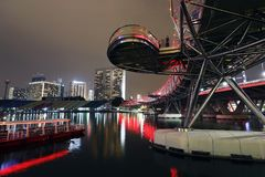 "SINGAPORE †""December 10, 2017: Spiralbron på natten i Singapore Arkivfoton"