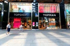 Singapore: Överkanten shoppar/överkantmandetaljisten Arkivfoto