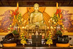 SINGAPORE/SINGAPORE - 23日DEC, 2015年:坐在凝思和等待的涅磐的菩萨雕象用手在礼节姿态 我 免版税图库摄影