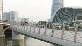 Singapore, Singapore - 16 agosto 2018: Lasso di tempo del pareggiatore lungo il ponte vicino a Marina Bay video d archivio