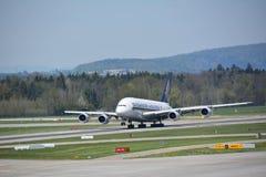Αεροπλάνο της Singapore Airlines στην απογείωση Στοκ φωτογραφία με δικαίωμα ελεύθερης χρήσης