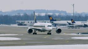 Singapore Airlines acepilla en pista en el aeropuerto de Munich, Alemania, invierno con nieve almacen de video