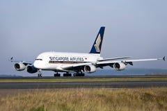 Singapore Airlines Airbus A380 en cauce Imagenes de archivo