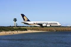Singapore Airlines Airbus A380 en el cauce. Imagen de archivo libre de regalías