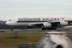 Singapore Airlines Airbus A380 na pista de decolagem. Imagens de Stock