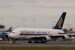 Singapore Airlines Airbus A380 sur la piste. Images stock