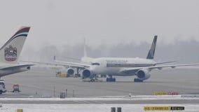 Singapore Airlines Airbus en el aeropuerto de Munich, MUC almacen de metraje de vídeo