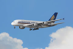 Singapore Airlines Airbus A380 kommen in Hong Kong an lizenzfreie stockfotografie