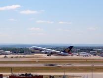 Singapore Airlines Airbus A380 que descola na pista de decolagem do sul do aeroporto de Heathrow Imagens de Stock