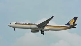 Singapore Airlines Airbus A330 que saca en el aeropuerto de Changi Imágenes de archivo libres de regalías