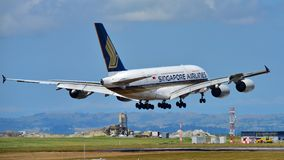 Singapore Airlines Airbus A380 super jumbo landing at Auckland International Airport. AUCKLAND, NEW ZEALAND - DECEMBER 17: Singapore Airlines Airbus A380 super Royalty Free Stock Photos