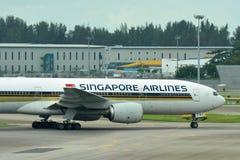 Singapore Airlines Boeing 777-200 που μετακινείται με ταξί στον αερολιμένα Changi Στοκ φωτογραφίες με δικαίωμα ελεύθερης χρήσης