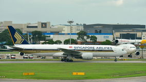 Singapore Airlines Boeing 777-200 som åker taxi på den Changi flygplatsen Arkivbilder