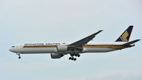 Singapore Airlines Boeing 777 che atterra all'aeroporto di Changi Immagini Stock
