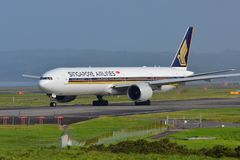 Singapore Airlines Boeing 777-300ER roulant au sol pour le départ à l'aéroport international d'Auckland Photo stock