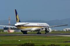 Singapore Airlines Boeing 777-300ER roulant au sol pour le départ à l'aéroport international d'Auckland Image libre de droits