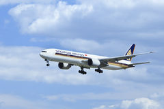 Singapore Airlines Boeing 777-312ER, 9V-SWG landing in Beijing, China Royalty Free Stock Photos