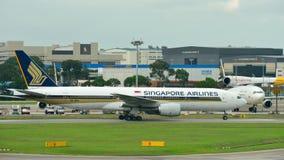 Singapore Airlines Boeing 777-200 que lleva en taxi en el aeropuerto de Changi Imagenes de archivo