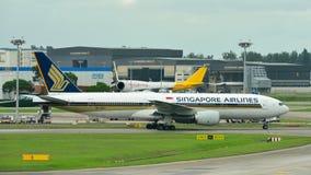 Singapore Airlines Boeing 777-200 som åker taxi Arkivfoto