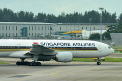 Singapore Airlines Boeing 777-200 taxiing at Changi Airport Royalty Free Stock Photos