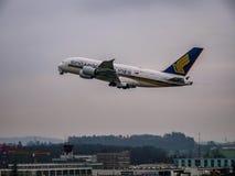 Singapore Airlines a380 decolla immagine stock libera da diritti