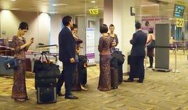 Singapore Airlines förser med besättning royaltyfri foto