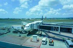 Singapore Airlines lot ładuje przy południem dla swój następnego lota fotografia stock