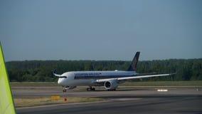 Singapore Airlines-Luchtbus A350 die na het landen taxi?en stock footage
