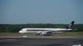 Singapore Airlines-Luchtbus A350 die na het landen taxi?en stock videobeelden