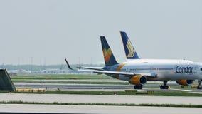Singapore Airlines-Luchtbus A380 en Condorvliegtuigen in de Luchthaven van Frankfurt, FRA stock videobeelden