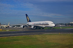 Singapore Airlines-Luchtbus A380 op baan in Sydney Airport Stock Foto
