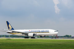 Singapore Airlines plane on runway Royalty Free Stock Photography