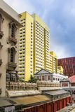 Singapore - 2011: Appartamenti gialli accanto al tempio indiano fotografia stock libera da diritti