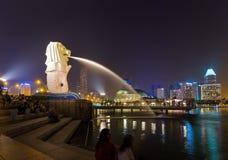 SINGAPORE - APRIL 30: De fontein van het Merlionstandbeeld op 30 April, 2016 Stock Afbeelding