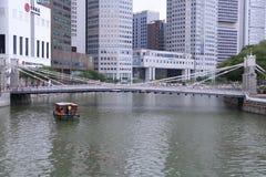 SINGAPORE - APRIL 10,2016: Den Cavenagh bron på Singapore Arkivbild
