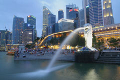 SINGAPORE-APRIL 10, 2016: Den Merlion springbrunnen i Singapore mer Royaltyfria Foton