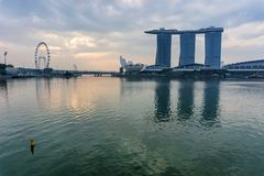 SINGAPORE - April 1, 2018: Molnig soluppgång i morgonen på Merli Royaltyfri Fotografi