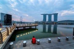 SINGAPORE - April 1, 2018: Molnig soluppgång i morgonen på Merli Royaltyfri Bild
