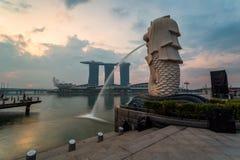SINGAPORE - April 1, 2018: Molnig soluppgång i morgonen på Merli Fotografering för Bildbyråer