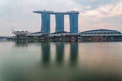 SINGAPORE - April 1, 2018: Molnig soluppgång i morgonen på Merli Arkivfoton