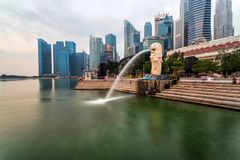 SINGAPORE - April 1, 2018: Molnig soluppgång i morgonen på Merli Arkivfoto